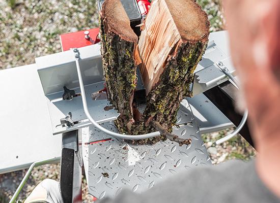 Štípač s dvouručním ovládáním a zařízením pro držení dřeva